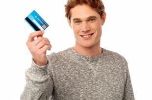 Мужчина с кредитной картой