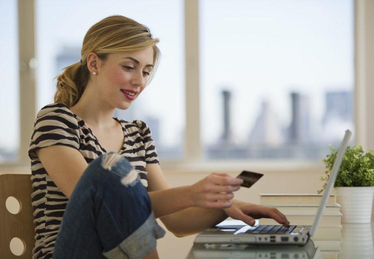 Девушка с банковской карточкой